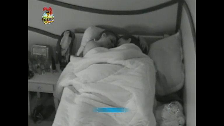 Manoella e Angelis curtem momento íntimo na cama antes de ...