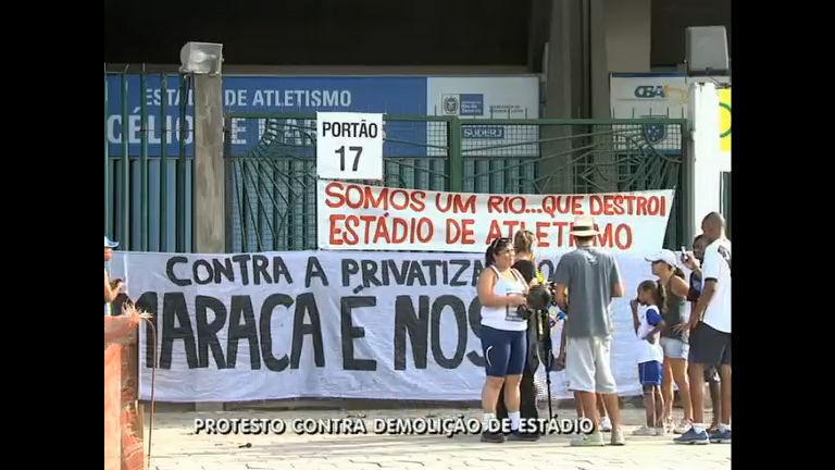 Atletas protestam contra demolição de estádio ao lado do Maracanã ...