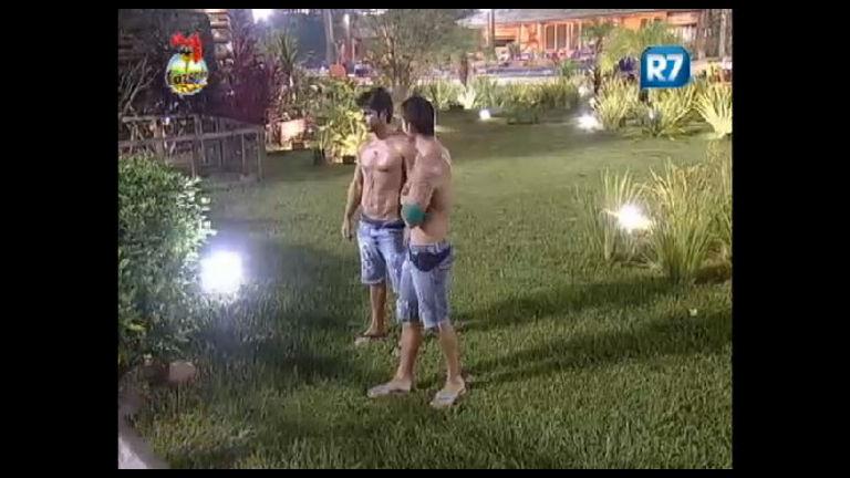 Mesmo no frio, Victor e Thyago ficam sem camisa e exibem corpos ...