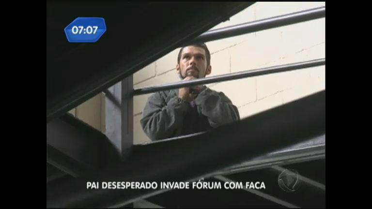 Desesperado: pai invade fórum para conseguir a guarda do filho ...