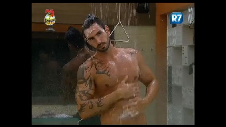 Thyago presenteia público feminino com ducha sensual - Record ...