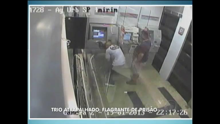 Flagrante: trio atrapalhado tenta assaltar agência bancária ...