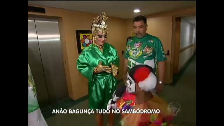 Anão vai ao sambódromo e apronta todas no Carnaval de SP ...