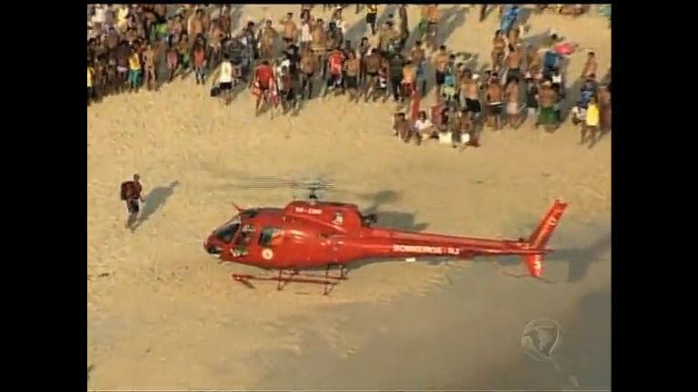 Helicóptero dos bombeiros resgata banhista na praia da Barra de ...