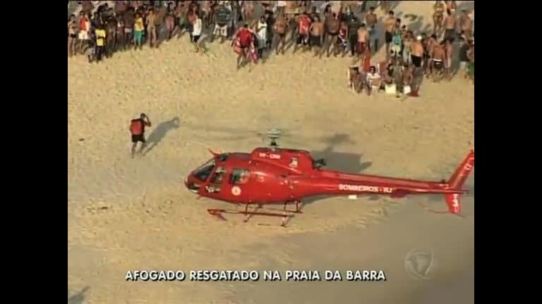 Bombeiros resgatam banhista na Barra da Tijuca (RJ)Record News
