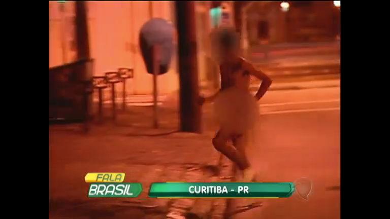 Comemoração? homem sai correndo pelado pelas ruas de Curitiba ...