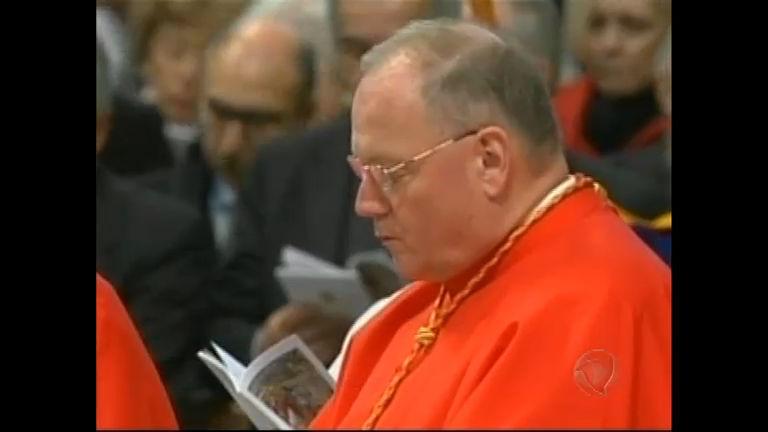 Mais um cardeal escolhido para decidir novo Papa está envolvido ...