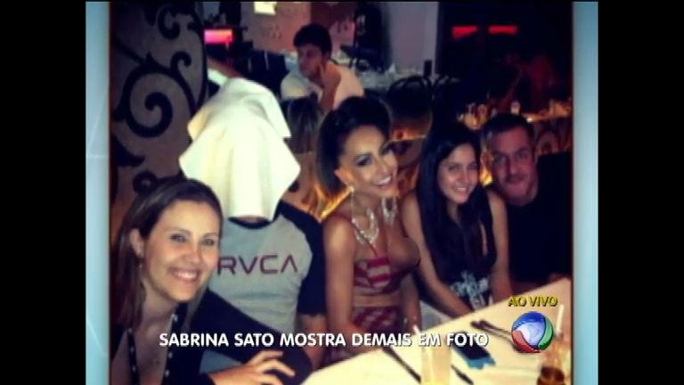 Sabrina Sato paga peitinho em jantar com amigos - Rede Record