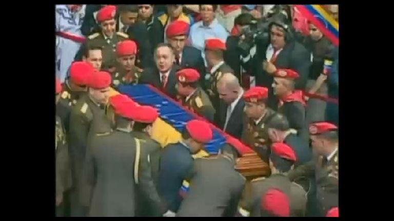 Corpo de Hugo Chávez deixa a academia militar em Caracas ...