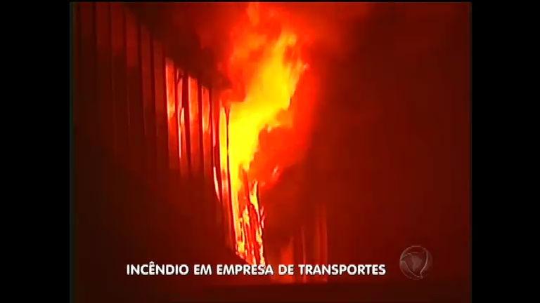 Incêndio atinge empresa de transporte de cargas em Itajaí ( SC ...