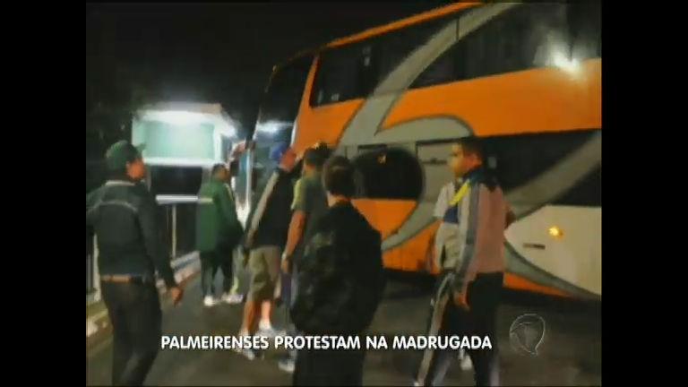 Torcedores protestam após humilhação sofrida pelo Palmeiras ...
