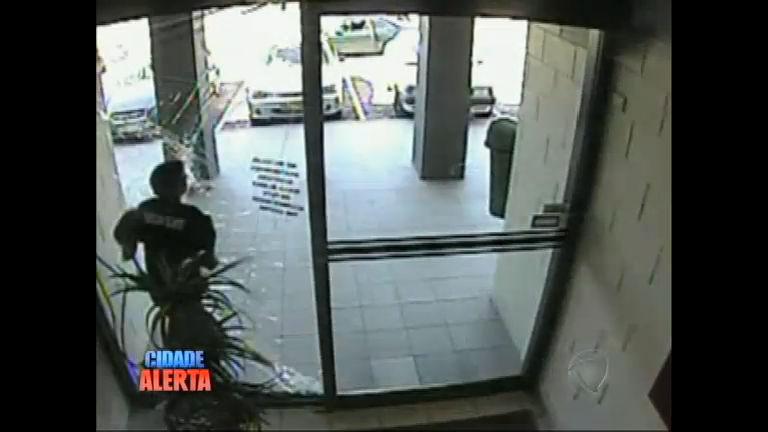 Ladrão atrapalhado bate a cara no vidro durante a fuga - Notícias ...