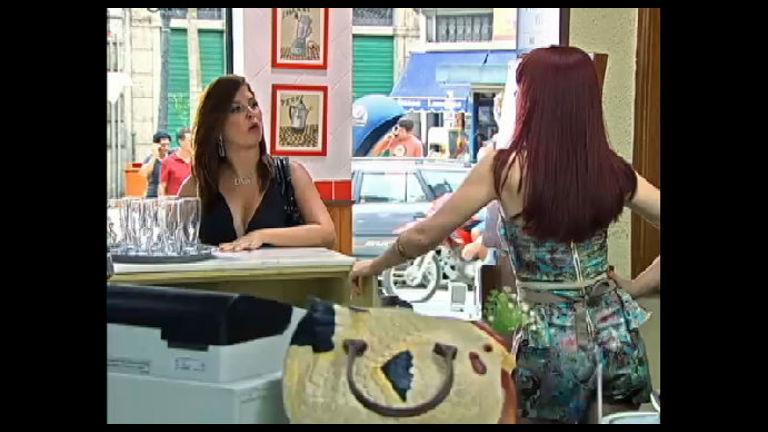 Diva e Violeta armam barraco na pastelaria - Record Play - R7 ...