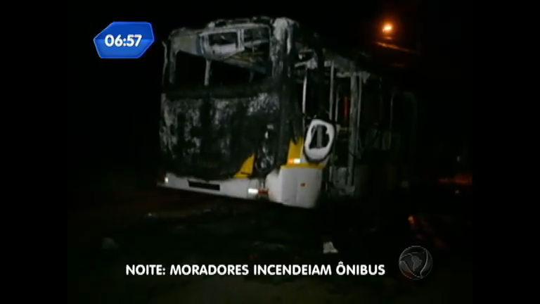 Policiais impedem pancadão e moradores ateiam fogo em ônibus ...