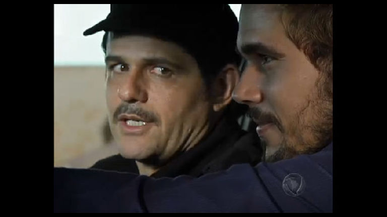 Arnaud e Norberto são perseguidos pela polícia - Rede Record