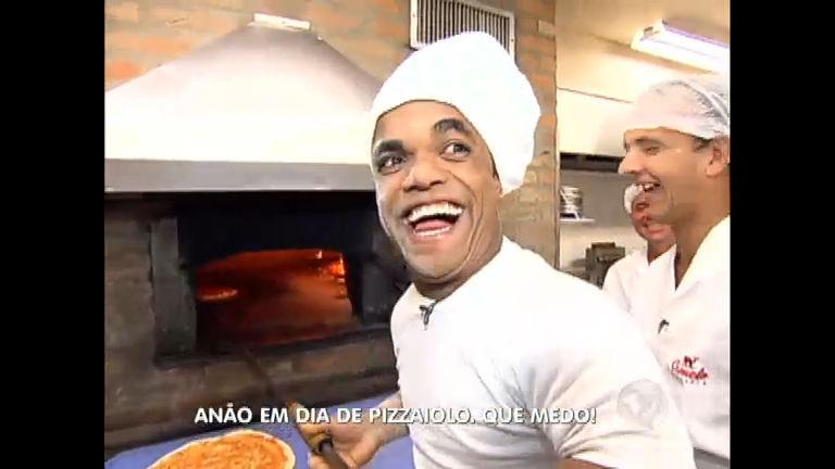 Anão passa um dia de pizzaiolo e apronta todas na pizzaria ...