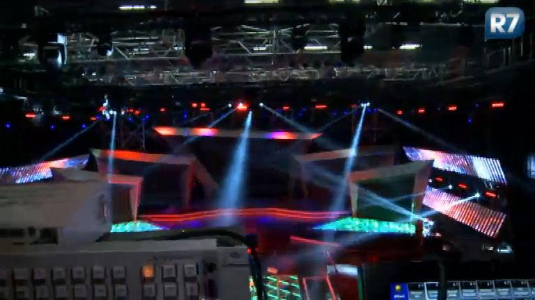 R7 invade a montagem do palco da fase final do Ídolos Kids 2013 ...