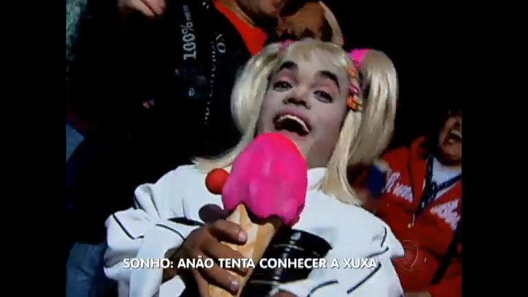 Anão apronta todas no aniversário de 50 anos da apresentadora Xuxa