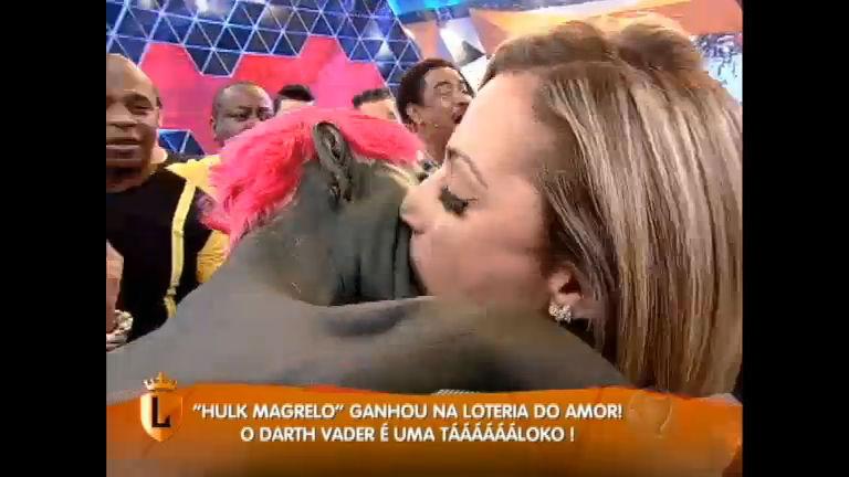 Casais inusitados participam da prova do beijo técnico ...