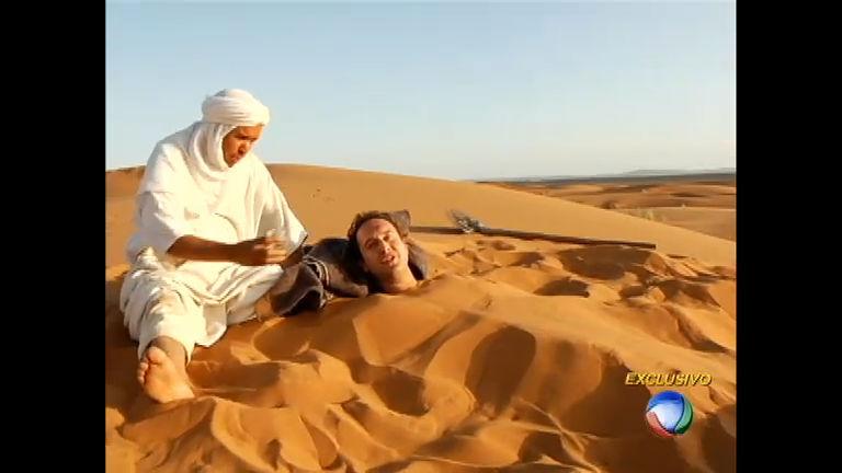 repórter é enterrado até o pescoço em banho de areia no Saara