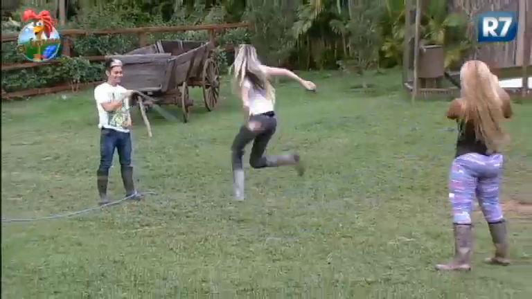 Brincadeira de criança: peões brincam de pular corda - Rede Record