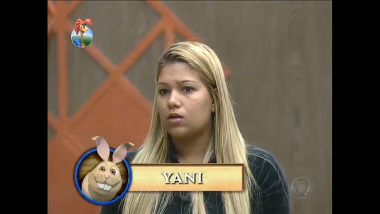 Eca! Yani de Simone encontra papel sujo de fezes no lixo reciclável ...