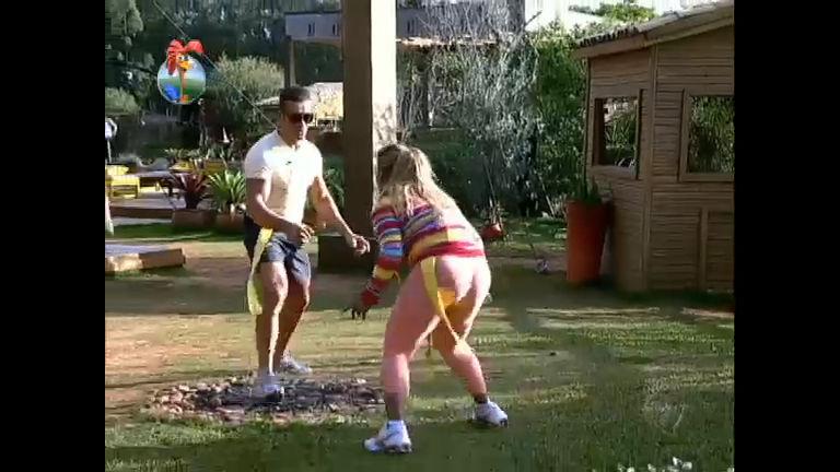 Peões se divertem em brincadeira de pega-pega - Rede Record