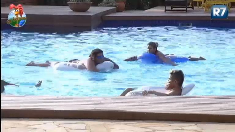 Brincadeira de criança! Peões se divertem na piscina da Fazenda