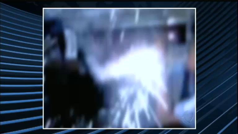 Torcedores do Grêmio acendem sinalizador no trem em Porto ...