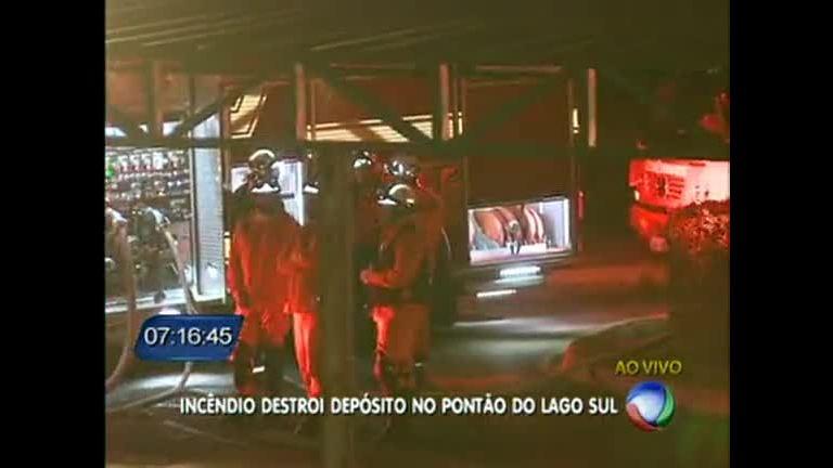 Incêndio destrói depósito no Pontão do Lago SulRecord News