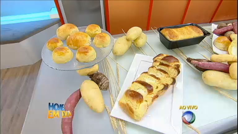Yudi põe a mão na massa e ajuda Edu a preparar pão de batata ...