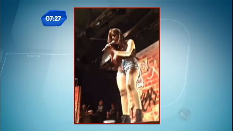 Anitta se revolta e esculacha fã depois de latinha jogada ao palco ...