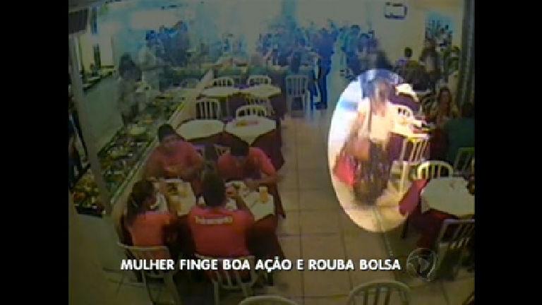 Em restaurante, mulher finge boa ação e rouba bolsa - Rede Record