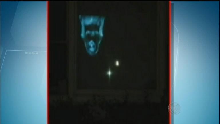 Arrepiante! Assombração de menina na janela de casa assusta ...