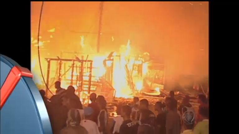 Incêndio destrói barracos de comunidade carente em São Vicente ...