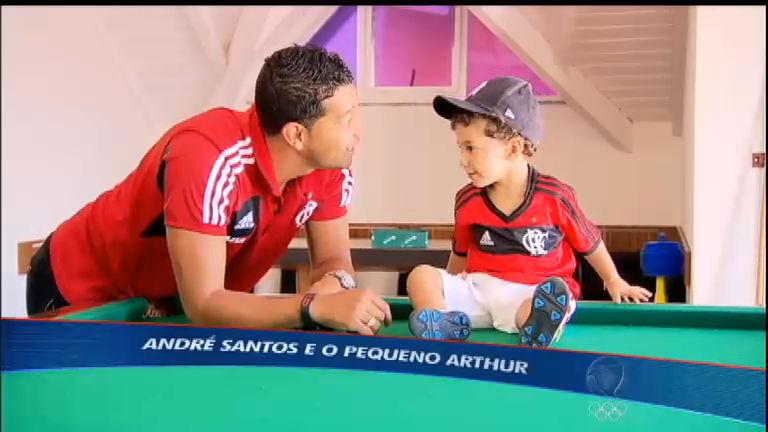 """Filho de André Santos, do Flamengo, rouba a cena como """"jogador ..."""