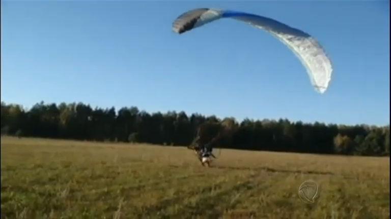 Homem desastrado leva susto ao tenta voar de paraglider - Rede ...