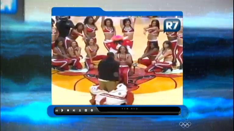 Pingou na Rede: rapaz se veste de mascote para pedir cheerleader ...