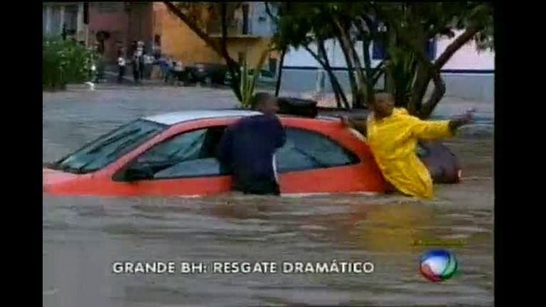 Imagens mostram resgate dramático de família e motorista ilhados ...