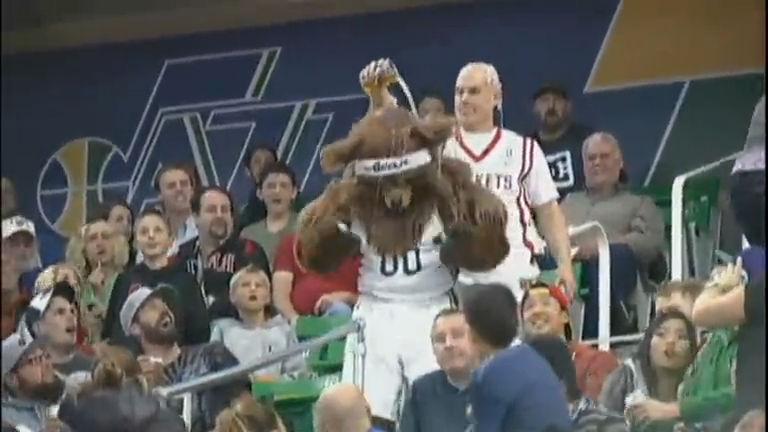 Mundo Doido: mascote causa confusão em jogo de basquete ...