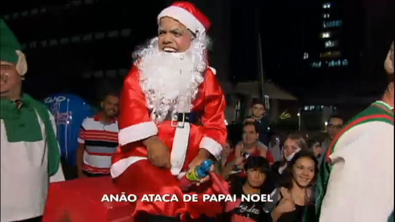 Anão ataca de Papai Noel e apronta na Avenida Paulista (SP ...