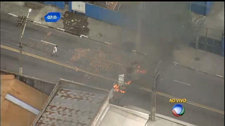 Manifestantes ocupam Rua Pedro Vicente, na zona norte de SP ...