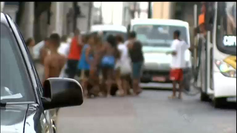 Jovens promovem arrastões violentos dentro de ônibus no Rio de ...