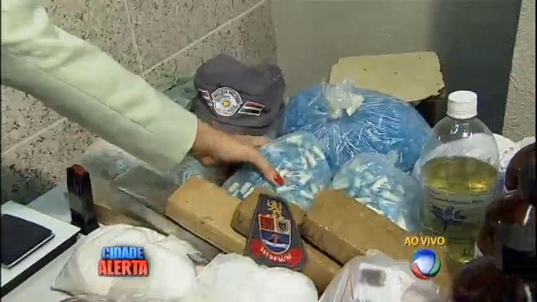 Polícia encontra laboratório de drogas na periferia de Carapicuíba ...