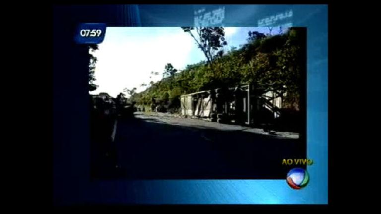 Caminhão cegonha tomba na BR-101 - Bahia - R7 Bahia no Ar