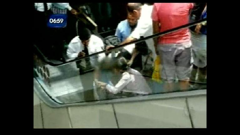 Criança fica com pé preso em escada rolante - Bahia - R7 Balanço ...