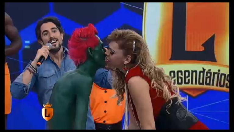 Casal legendário: Hulk Magrelo e Léo Áquilla selam o amor no palco