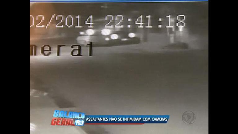 Câmeras de segurança flagram roubo de carro em Queimados (RJ ...