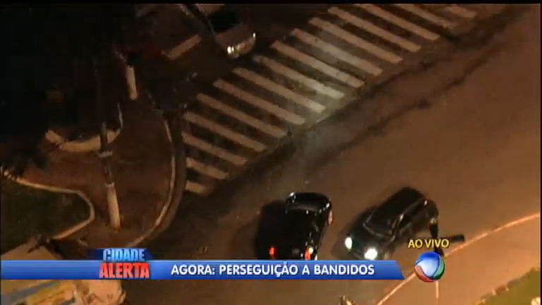 Polícia persegue bandidos que roubaram carro em Carapicuíba (SP ...
