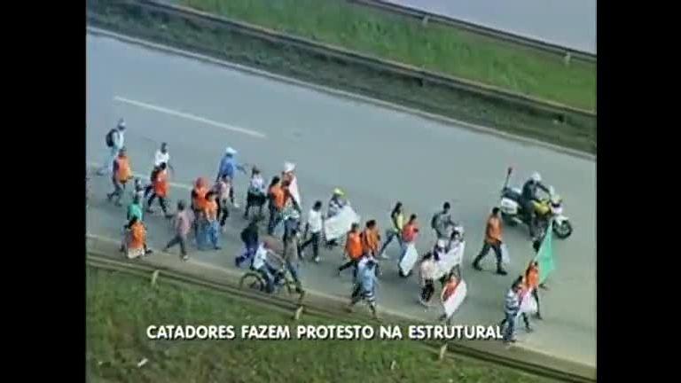 Catadores de lixo fazem protesto e provocam congestionamento ...